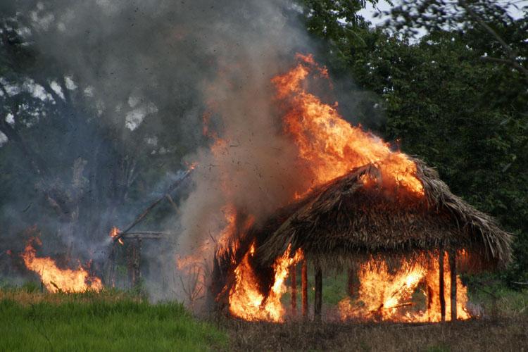indigenas mayas casa quemada