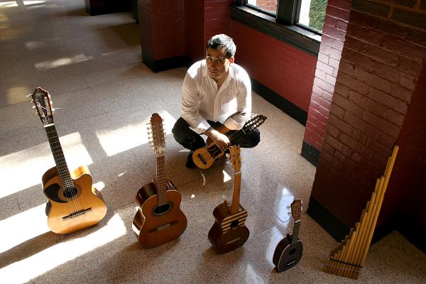 Patricio Zamorano con instrumentos